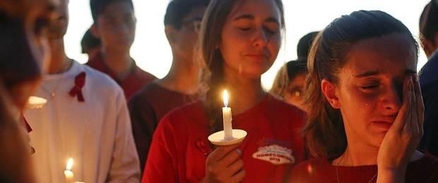 180215-florida-school-shooting-vigil-ac-1024p_ec48b5303c2b82c816bd3d440bc8d3ec.nbcnews-fp-1240-520